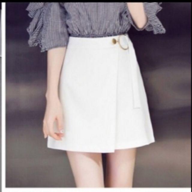 Chân váy màu trắng khoen cài