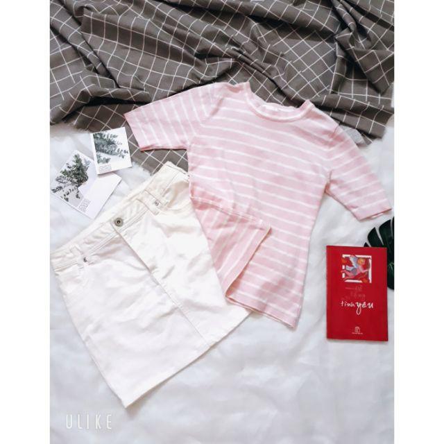 Áo thun gân sọc ngang hồng tay lở và chân váy jean trắng