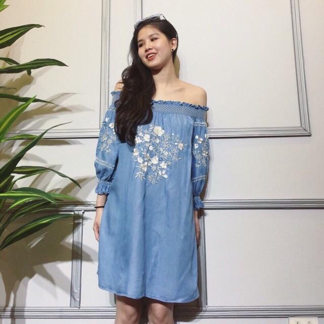 Đầm suông bẹt vai thêu hoa cực đẹp. Chất liệu: jean cao cấp, dày, mịn đẹp. Freesize: 45-55kg