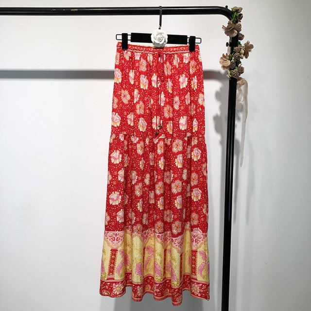 chân váy midi hoa đỏ