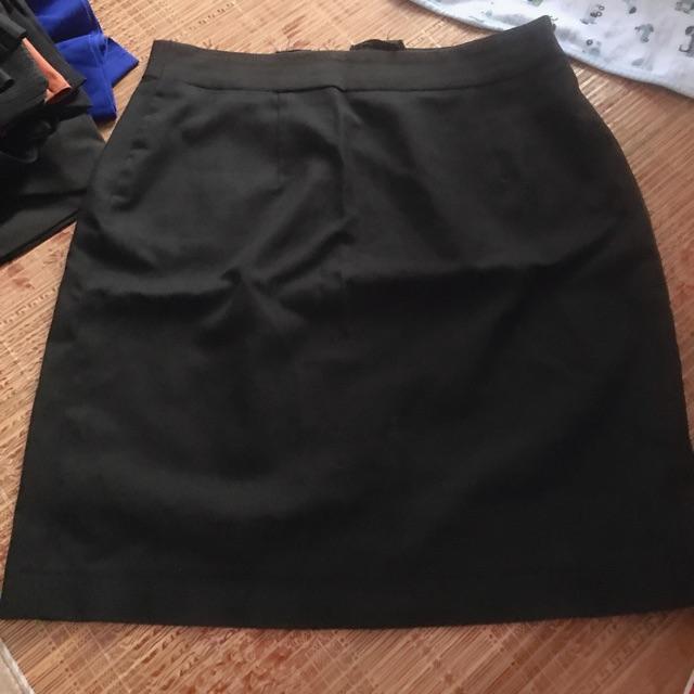 Chân váy công sở đen xẻ tà sau