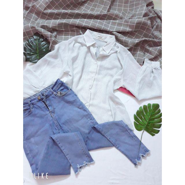 Áo sơ mi chấm bi xanh và quần jean tua rua