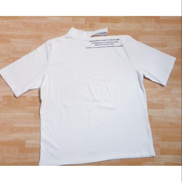 Áo phông trắng hở vai