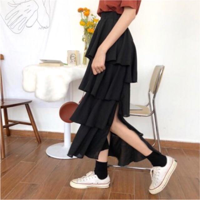Chân váy đen xẻ bèo tầng