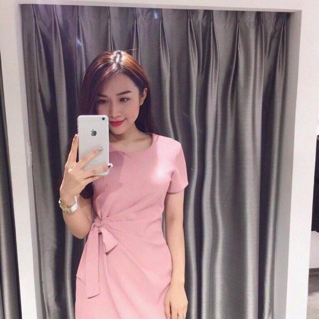 Chiếc đầm hồng ngọt ngào với cách điệu xoắn eo giấu đi bụng béo lại vừa khéo léo tôn dáng nữa chứ