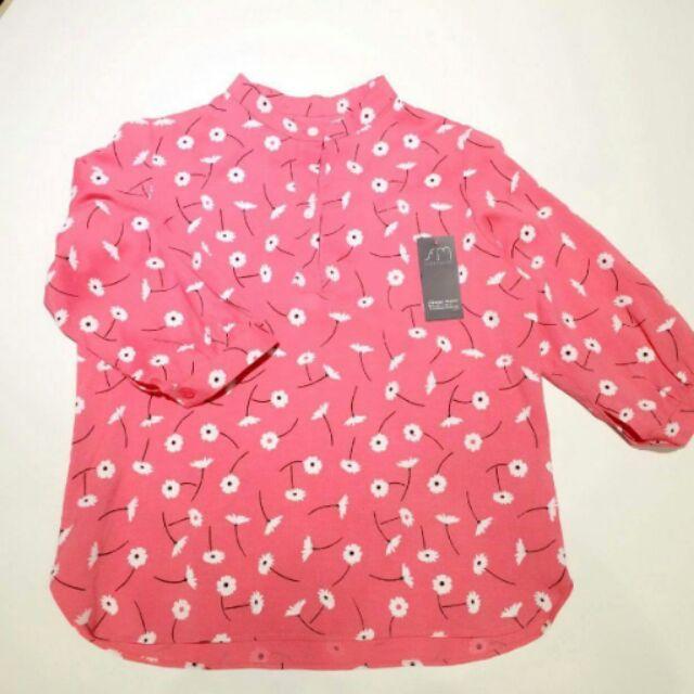Áo hoa cúc họa mi hồng, có thể kết hợp với chân váy hoặc quần cạp cao đều hợp. Áo thích hợp mùa thu se lạnh.