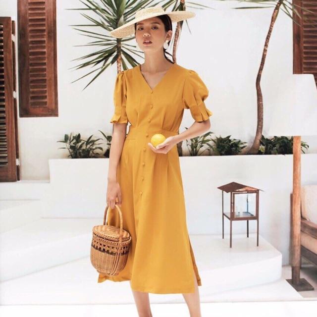 Đầm vàng xẻ tà nút bọc
