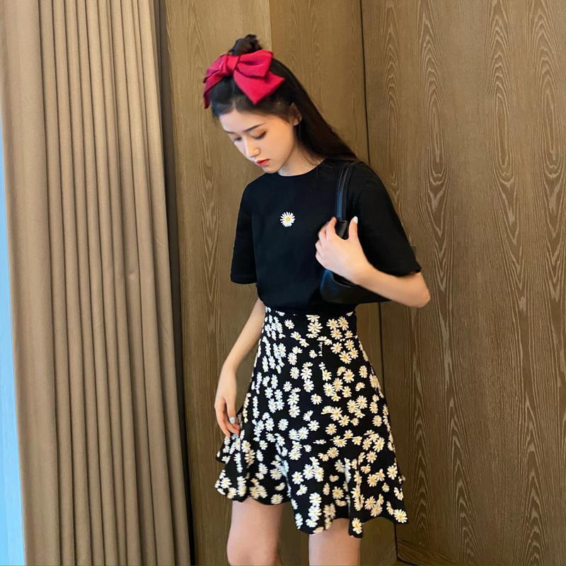 Bộ Áo Thun Ngắn Tay + Chân Váy Xinh Xắn Dành Cho Nữ