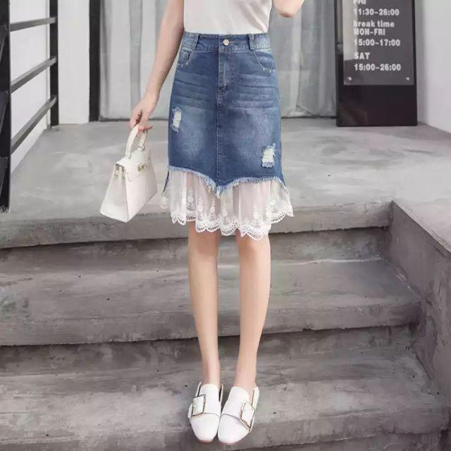 Chân váy bò ngắn đuôi ren qua đầu gối với ba màu xanh nhật, trắng và xanh đậm. Chất liệu dày dặn , kiểu dáng thời trang.