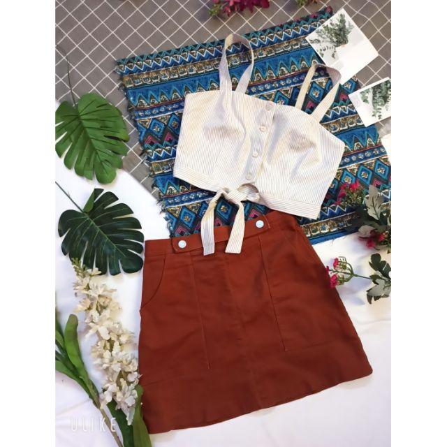 Áo croptop 2 dây phối nút và chân váy phối túi