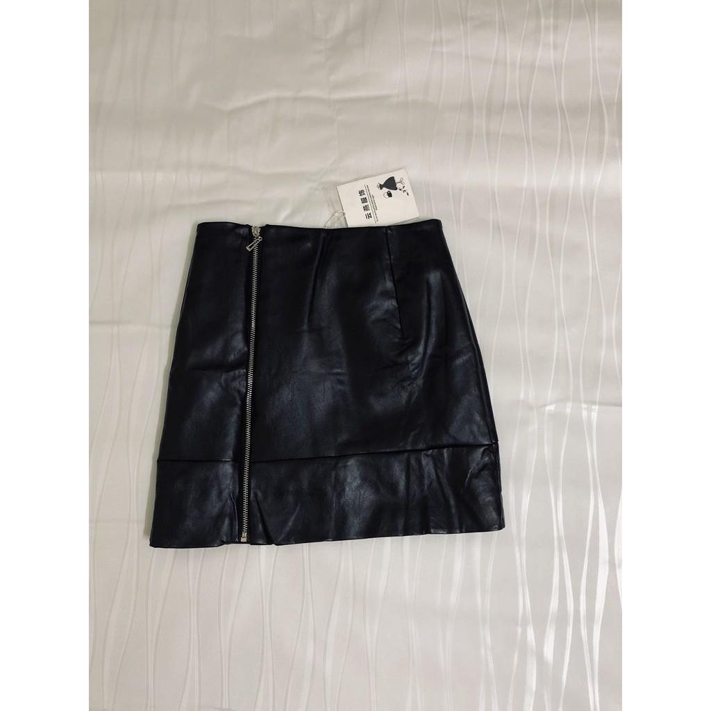 Chân váy da màu đen, khóa kéo lệch trái, chiết ly trước, may lót trong CV539