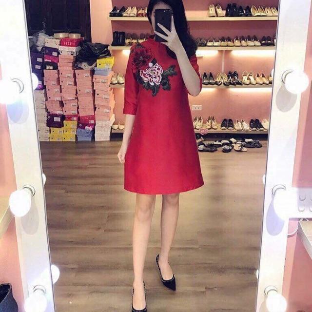 Váy gấm đỏ thêu hoa