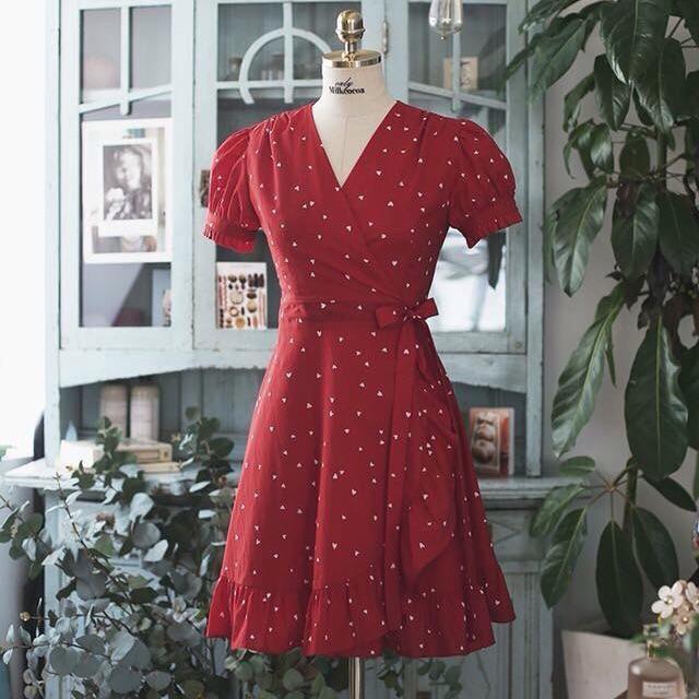 Đầm đỏ chấm bi lai bèo