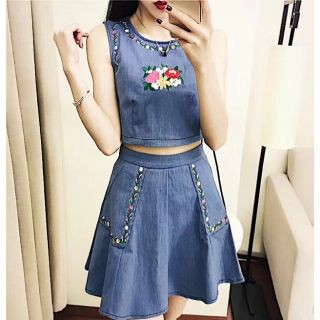 Set áo và chân váy jean thêu hoa nổi toàn bộ rất đẹp