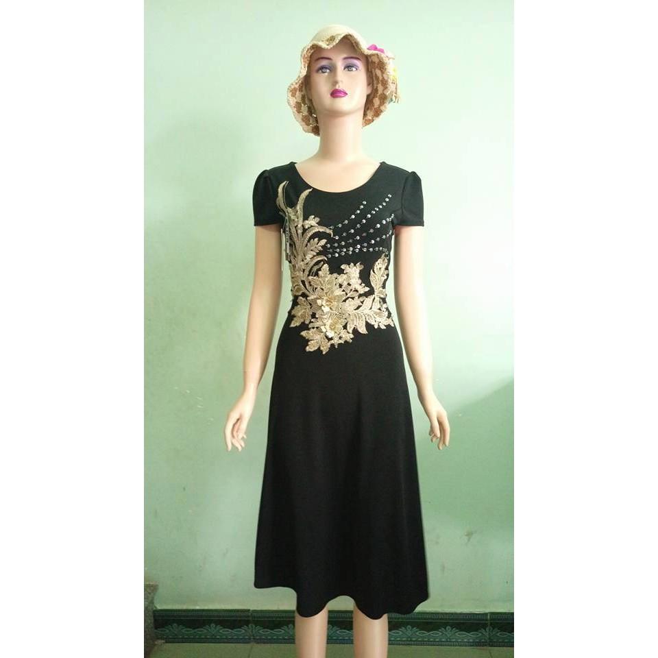 Đầm đen đắp hoa nổi sang trọng