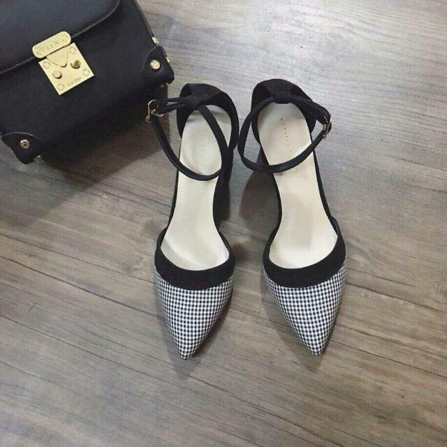 Giày khoét eo