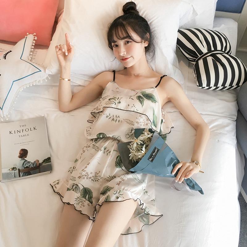 Bộ pijama gồm áo hai dây và quần short hoạ tiết hoa xinh xắn cho nữ