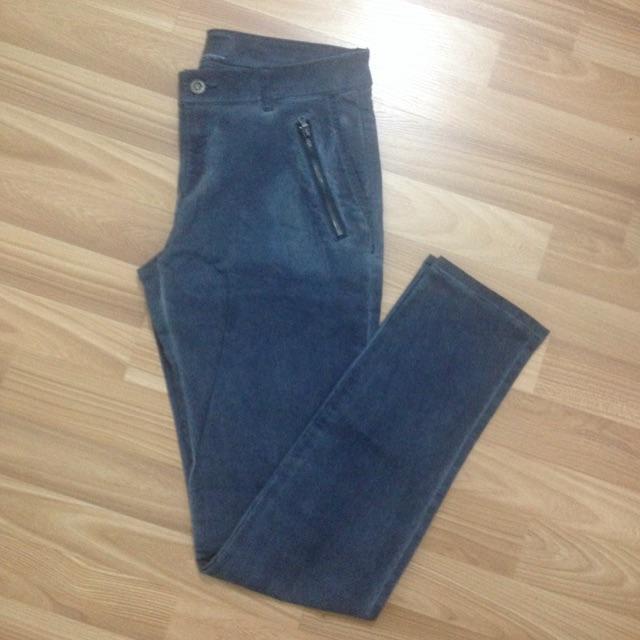 Quần jeans xanh túi chéo