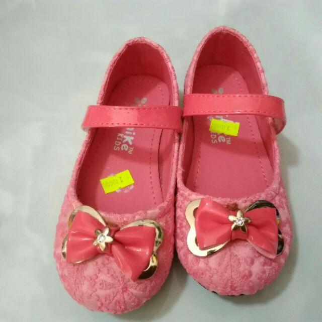 Giày Nike hồng dâu bé gái