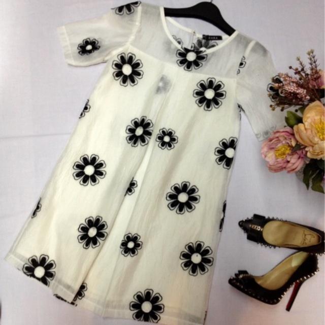 váy tơ thêu hoa