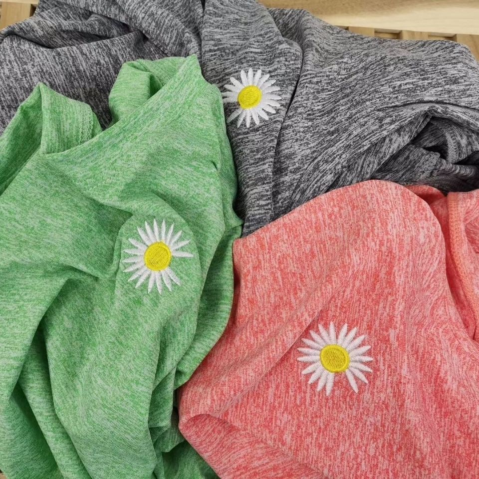 Quần short và áo thun mỏng dáng rộng hình hoa cúc nhỏ thời trang thể thao