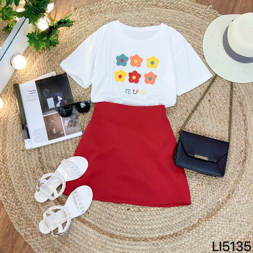 Set áo phông in hoa và chân váy đỏ