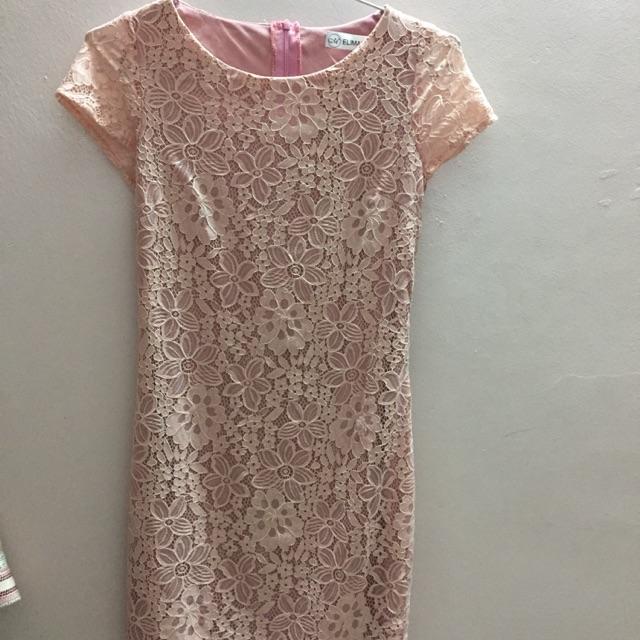 Váy ren hồng phớt