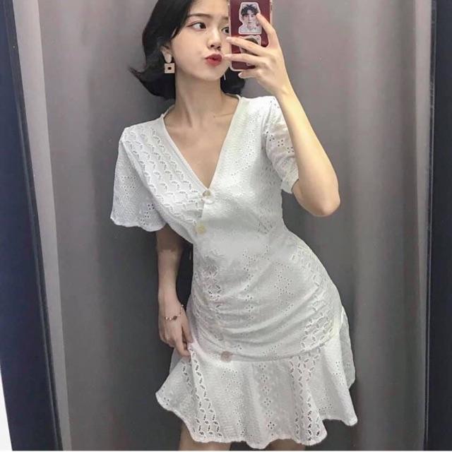 Đầm ren trắng cổ chéo xinh xắn, với form đầm cực cực kì yêu yêu luôn ạ ❤