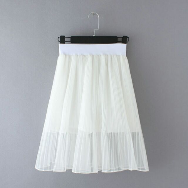 Chân váy trắng bồng bềnh