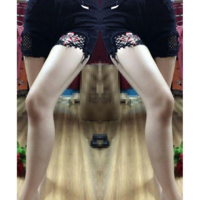 Quần jean kaki đen.