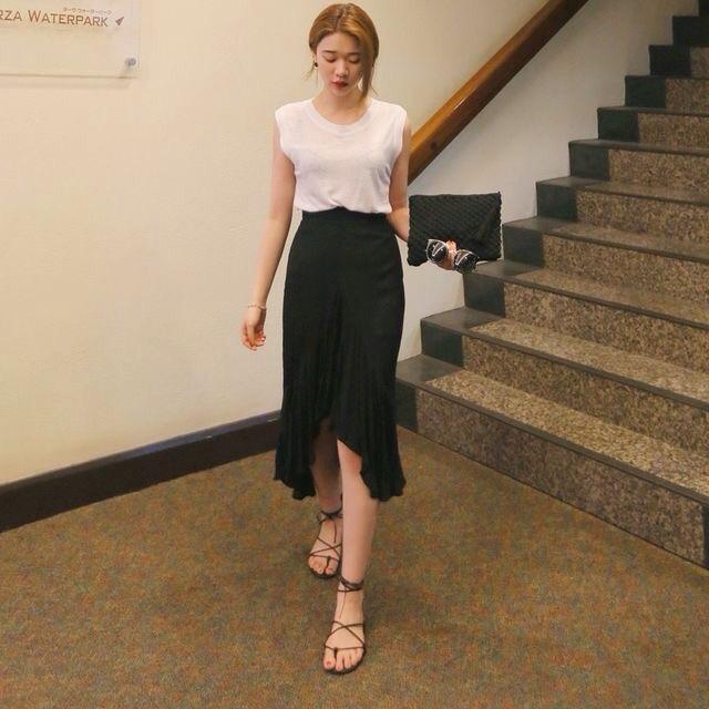 Set áo thun trắng chân váy đen