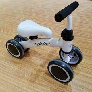 Xe chòi chân 4 bánh vận động cho bé