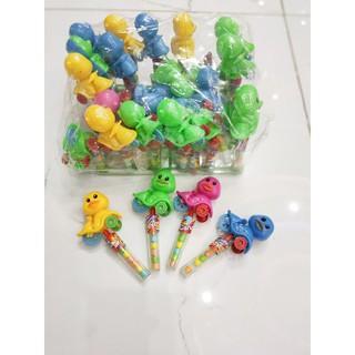 2 Cây kẹo trái cây tặng kèm đồ chơi vịt con – Shop Khánh Chi