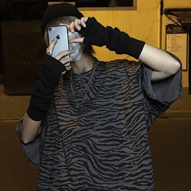 เกาหลีย้อนยุคยามาโมโตย้อนยุคลายม้าลายสีเข้มแนวโน้มแขนสั้นเสื้อยืด
