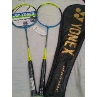 1đôi vợt cầu lông yonex