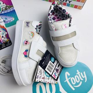 """Giày bé gái màu trắng đính sticker giá chỉ còn <strong class=""""price"""">17.900.000.000đ</strong>"""
