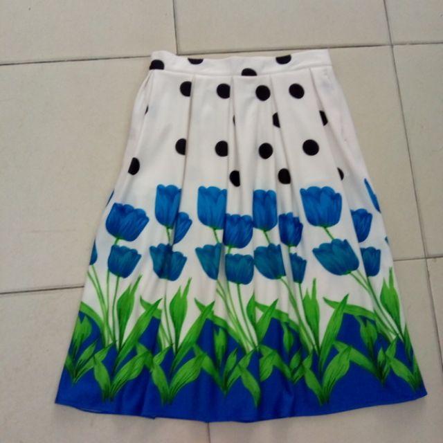 Chân váy midi hoa xanh: hàng tke