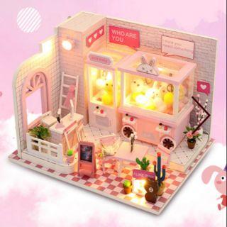 Kèm Mica – Mô hình nhà gỗ búp bê Dollhouse DIY – C009 Dorami Tiệm gắp thú