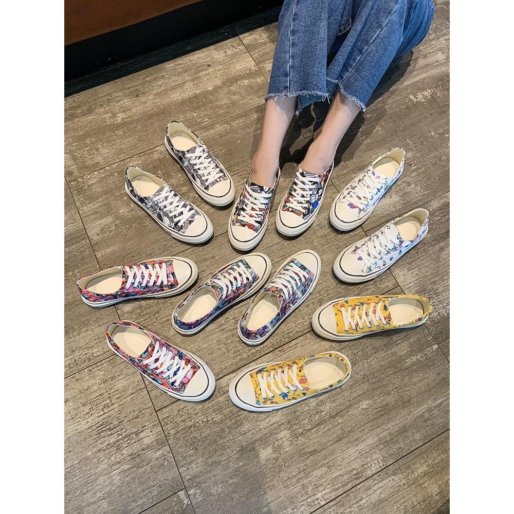 กราฟฟิตีรองเท้าผ้าใบหญิงสถานที่ยิงรองเท้าผู้หญิงอำพรางนักเรียนวาดมือแนวโน้มรองเท