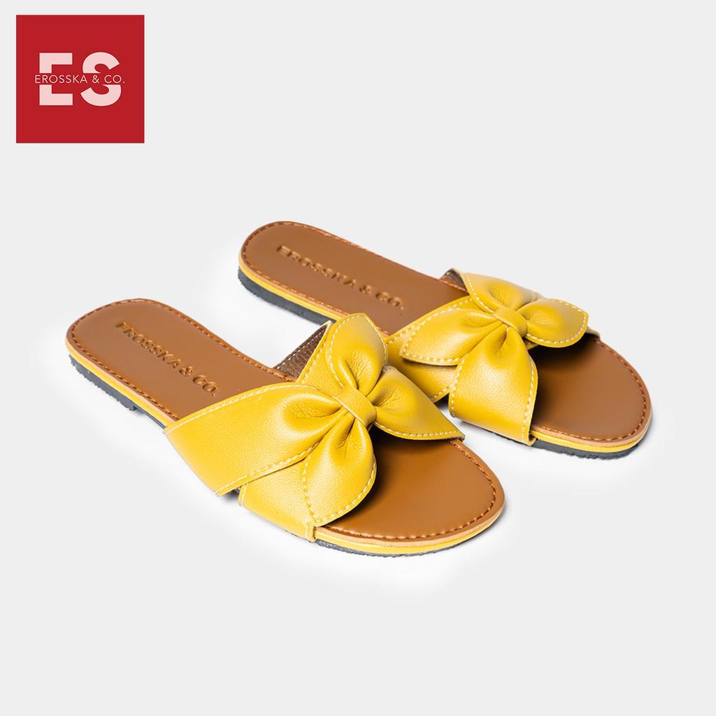 Dép nữ thời trang Erosska quai ngang đính nơ đế bệt màu vàng- DE027