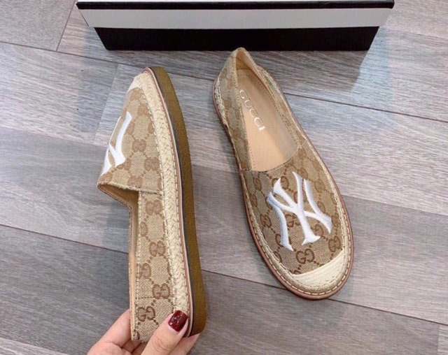 Giày slip on chữ