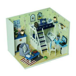 Mô hình nhà búp bê phòng ngủ hai tầng với ga gối xanh trắng chấm bi có lò sưởi (PNT2T-19)