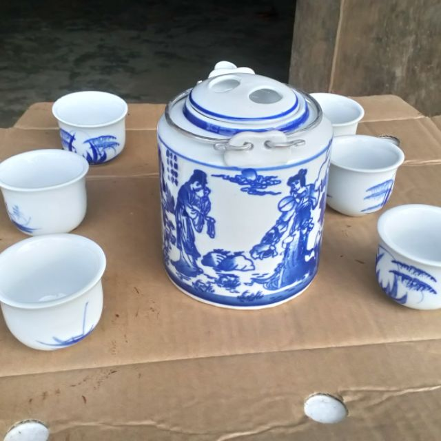 Bộ sản phẩm gồm ấm trà và 6 tách uống trà