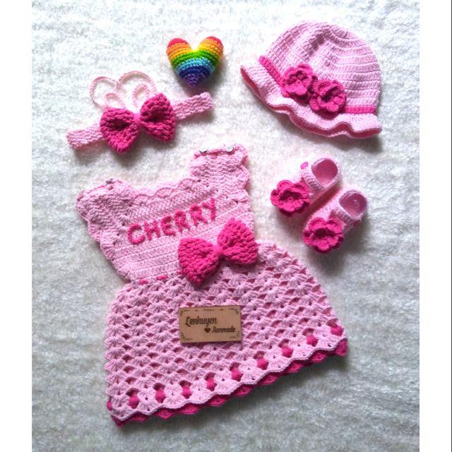 1601995994 - Set đồ len handmade bé yêu gồm đầm hồng gắn tên bé + nón và giày hoa hồng tặng b.đô nơ (đổi màu tùy ý)