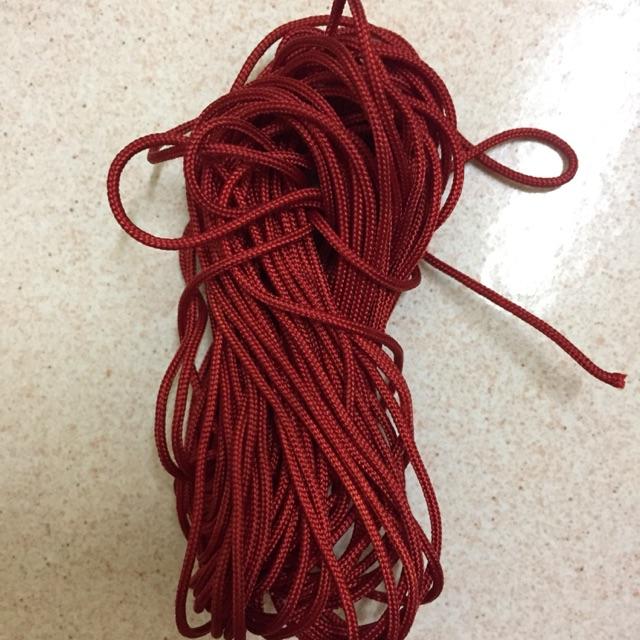 Dây đan vòng màu đỏ đô
