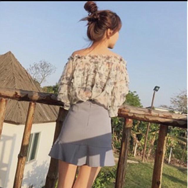 Chân váy xếp li bản rộng đuôi cá đính phụ kiện xinh xắn kèm ảnh chụp sàn