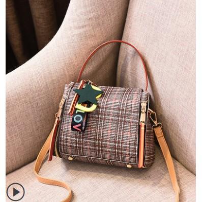 Túi đeo chéo nữ chất liệu tổng hợp vải kẻ sọc móc khóa chữ sao thời trang