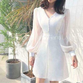Đầm trắng tay voan nút bọc