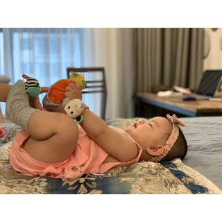 Lục lạc trẻ em tất chân hình ngựa vằn và chú hổ xinh Infantino 6893 6