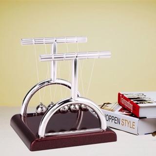 Đồ chơi con lắc Newton dùng để trang trí bàn làm việc